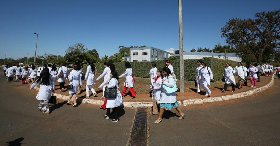 26.ago.2013: Médicos cubanos no primeiro dia de curso para trabalharem no Brasil, onde participaram da abertura do módulo de acolhimento e avalaiação dos profissionais inscritos no Mais Médicos