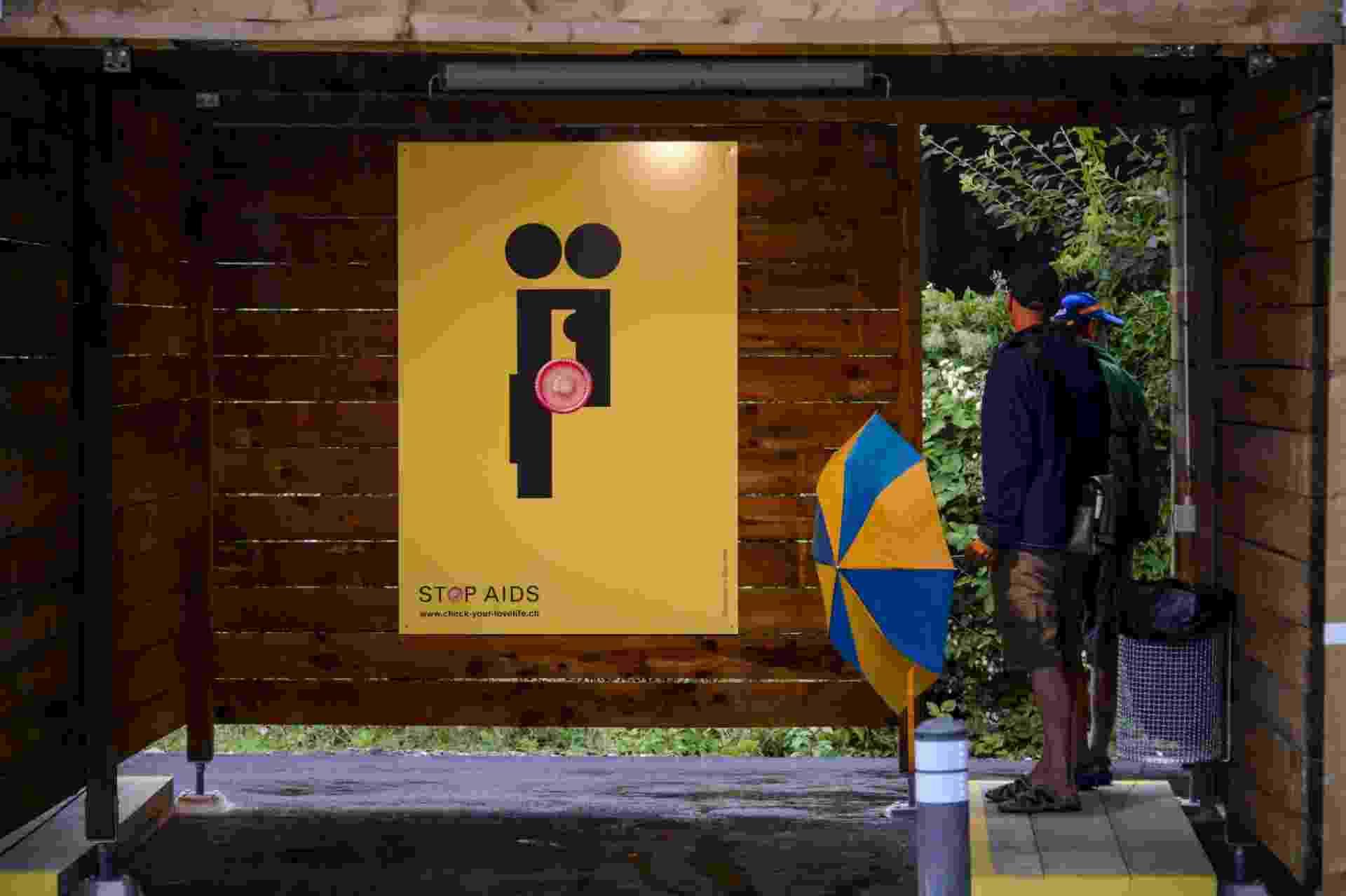 """24.ago.2013 - Curiosos observam as """"cabines de sexo"""", em Zurique - Fabrice Coffrini/ AFP"""