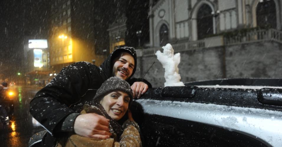 26.ago.2013 - Moradores de Caxias do Sul (RS) fazem boneco de neve na noite de segunda-feira (26). Vários municípios da serra gaúcha registraram neve na noite desta segunda-feira, de acordo com a Somar Meteorologia