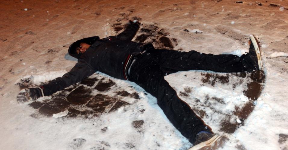 26.ago.2013 - Neve é registrada em São José dos Ausentes (RS) na noite de segunda-feira (26). Vários municípios da serra gaúcha registraram neve na noite desta segunda-feira, de acordo com a Somar Meteorologia