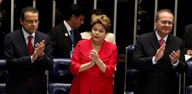 Dilma Rousseff entre os então presidentes da Câmara e do Senado, Henrique Eduardo Alves (à esq.) e Renan Calheiros, ambos do PMDB