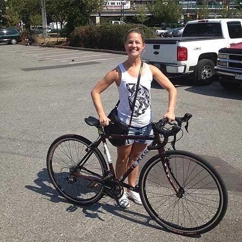 27.ago.2013 - A garçonete canadense Kayla Smith, 33, conseguiu recuperar sua bicicleta depois de vê-la no site de anúncios Craigslist. Ela marcou um encontro com o ''vendedor'' (localizado a duas quadras do local do furto), subiu na bicicleta para ''testá-la'' e fugiu. Na foto acima, ela sorri após recuperar sua própria bicicleta