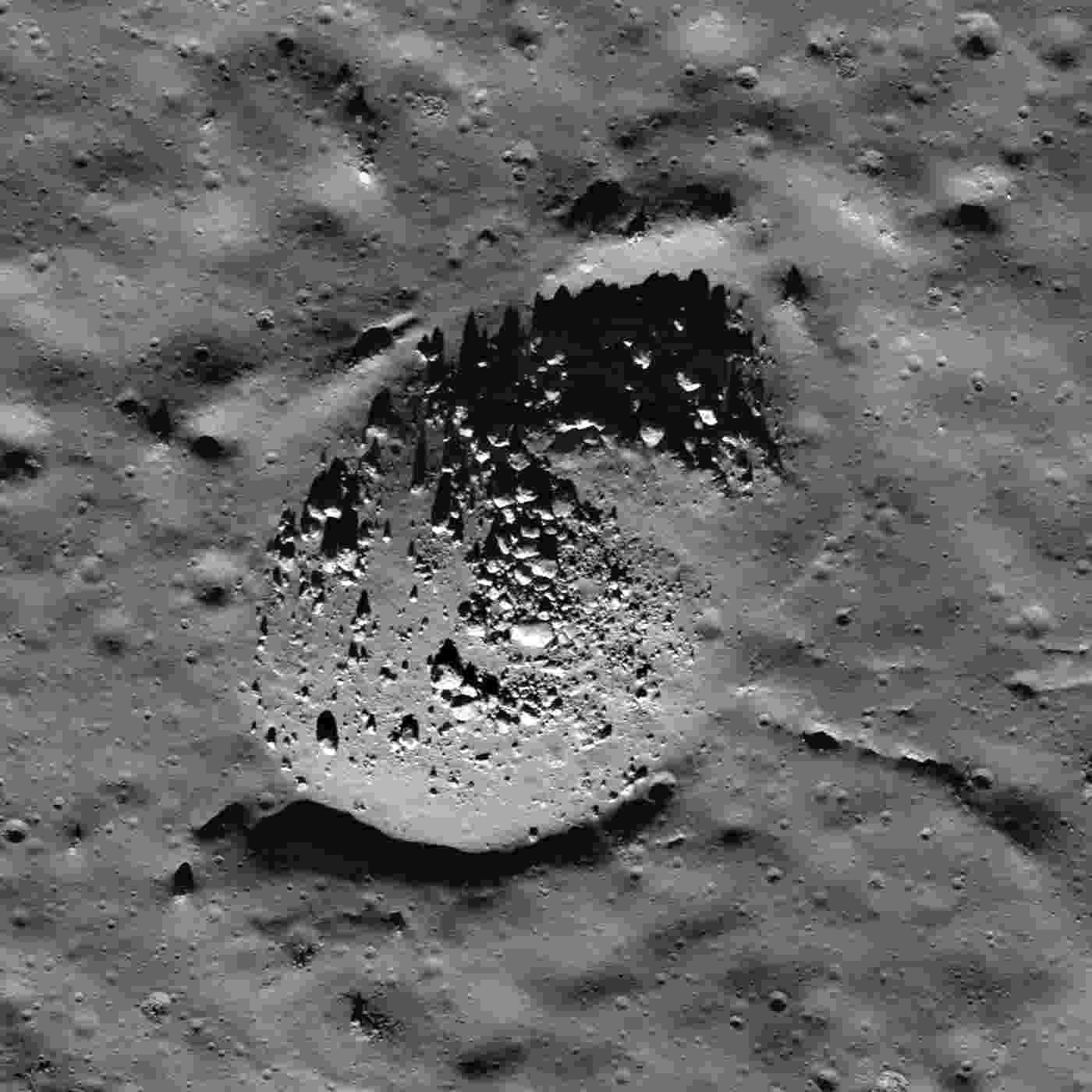 """27.ago.2013 - Grãos minerais da cratera Bullialdus, localizada perto do Equador da Lua, trazem indícios de água magmática, anunciou a Nasa (Agência Espacial Norte-Americana). A sonda indiana Chandrayaan 1, que tem um instrumento de mineralogia da Nasa, detectou na porção central da cratera um """" volume significativo de hidroxila, uma molécula feita de um átomo de oxigênio e um de hidrogênio, o que prova que as rochas contêm água que se originou muito abaixo da superfície lunar"""" - Nasa/JPL"""