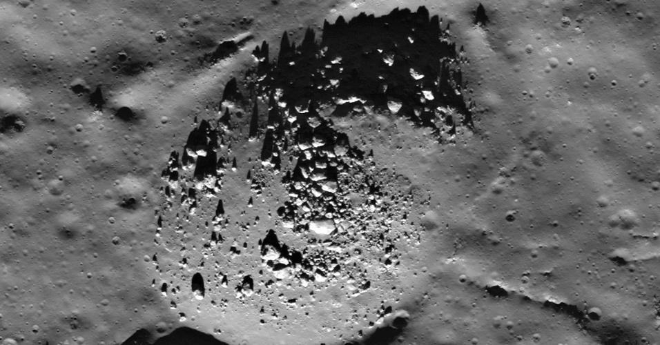"""27.ago.2013 - Grãos minerais da cratera Bullialdus, localizada perto do Equador da Lua, trazem indícios de água magmática, anunciou a Nasa (Agência Espacial Norte-Americana). A sonda indiana Chandrayaan 1, que tem um instrumento de mineralogia da Nasa, detectou na porção central da cratera um """" volume significativo de hidroxila, uma molécula feita de um átomo de oxigênio e um de hidrogênio, o que prova que as rochas contêm água que se originou muito abaixo da superfície lunar"""""""