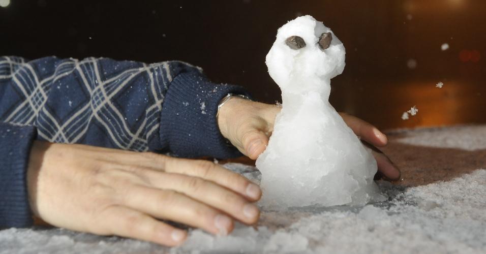 27.ago.2013 - Homem faz boneco de neve na noite desta segunda-feira (26) em Caxias do Sul (RS). A primeira morte em decorrência das fortes chuvas que atingem o Estado desde o final de semana foi registrada na tarde de segunda. Vários municípios da serra gaúcha registraram neve na noite desta segunda-feira, de acordo com a Somar Meteorologia