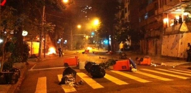 Manifestantes espalharam lixo em rua nos arredores da Câmara Municipal do Rio durante protesto - Gustavo Maia/UOL