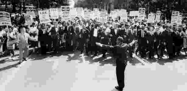 Acompanhado por uma multidão, Martin Luther King (ao centro) participa da Marcha de Washington, no dia 28 de agosto de 1963, ocasião em que cerca de 200 mil pessoas se reuniram no Memorial Lincoln, na capital dos EUA, em protesto pelo fim da segregação racial no país - AFP - AFP