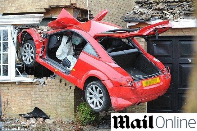 28.08.2013 - Um motorista que corria em alta velocidade decolou com seu Audi TT em uma rua de Pakefield, cidade do subúrbio de Lowestoft, na Inglaterra, e aterrissando no muro de uma casa, onde ficou literalmente espetado. Lewis Richardson, 24, teve ferimentos graves, mas sobreviveu, segundo o jornal britânico Daily Mail, . Ele agora é acusado de estar dirigindo embriagado e deverá ser multado. Mais ninguém ficou ferido. No acidente, um carro MBW e um Audi que estavam estacionados na garagem foram danificados