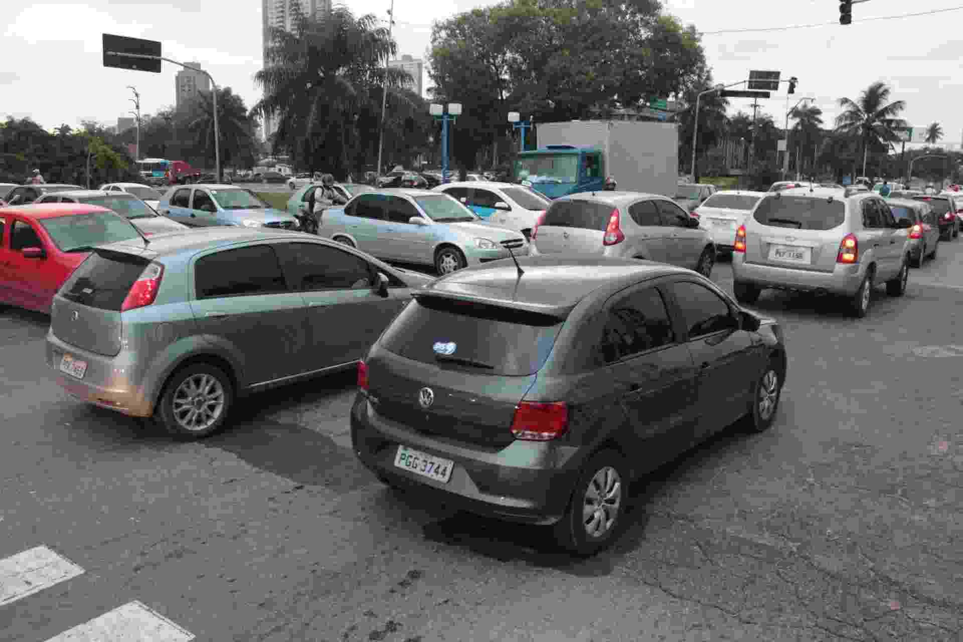 28.ago.2013 - Apagão que atingiu toda a região Nordeste comprometeu o funcionamento dos semáforos em diversas vias do Recife, complicando o trânsito na tarde desta quarta-feira (28) - Luiz Fabiano/Futura Press