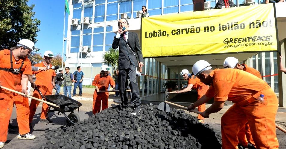 28.ago.2013 - Ativistas do Greenpeace usam carvão, um cartaz com a frase