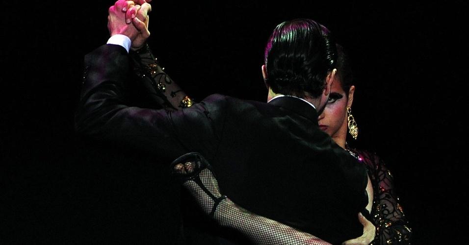 28.ago.2013 - Bailarinos colômbianos Juan David Bedoya Marin e Karla Rotavinsky Cadavid dançam tango durante a competição do Campeonato Mundial de Tango em Buenos Aires, na Argentina
