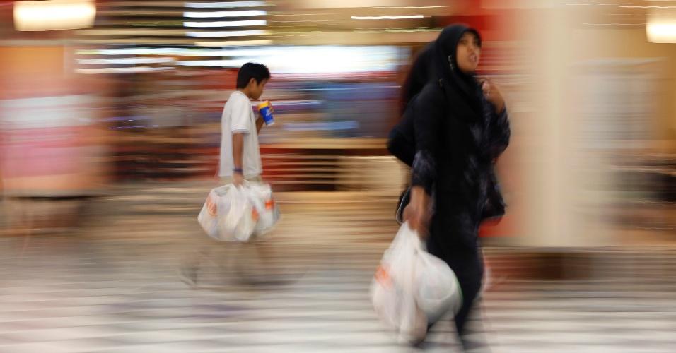 28.ago.2013 - Clientes saem com suas compras em um supermercado em Kuala Lumpur, na Malásia