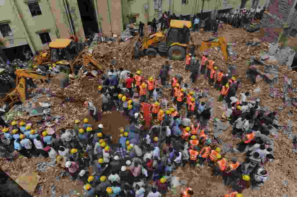 28.ago.2013 - Equipes de resgate buscam vítimas de desabamento de prédio na cidade de Baroda, no estado de Gujarat, oeste da Índia, nesta quarta-feira (28). Ao menos 11 pessoas morreram e outras estão desaparecidas   - San Panthaky/AFP