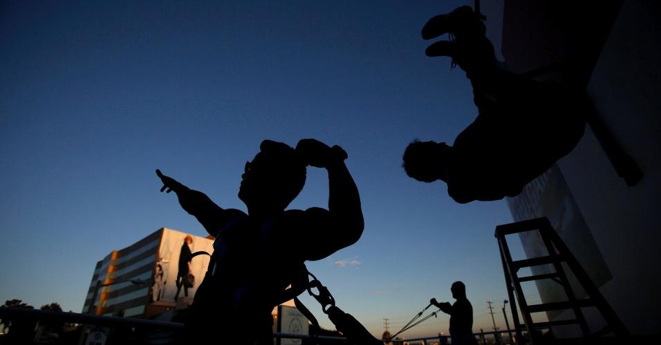 """28.ago.2013 - Fisiculturistas se exercitam ao ar livre, promovendo o lançamento do DVD Blu-ray do filme """"Pain & Gain"""", em West Hollywood, na Califórnia (EUA)"""