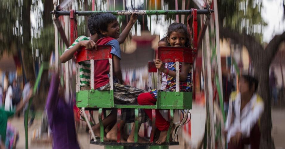 28.ago.2013 - Jovens devotos hindus bricam em um passeio de carnaval em um templo durante o festival Janmashmati em Nova Delhi, na Índia