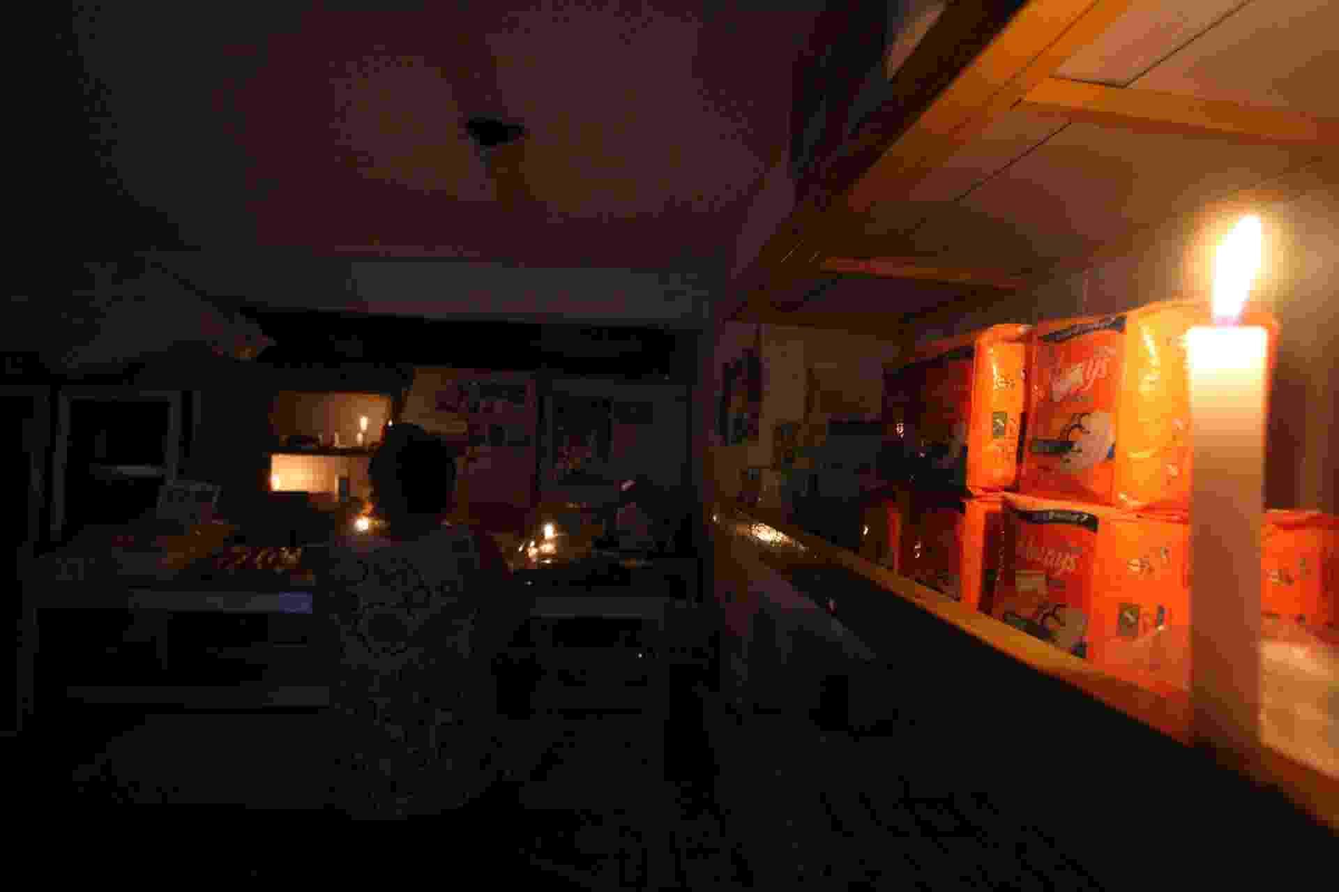 28.ago.2013 - Mercadinho funciona à luz de velas em bairro da área central do Recife durante apagão que atingiu todo o Nordeste nesta quarta-feira (28) - Guga Matos/JC Imagem