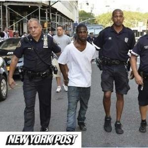 """Policiais levam suspeito com a """"calça frouxa"""" - Reprodução/ New York Post"""