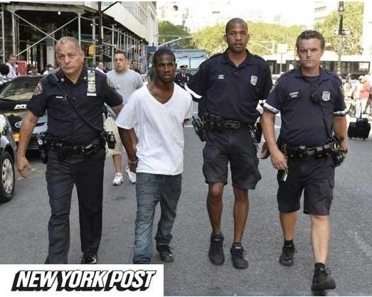 28.ago.2013 - Policiais levam suspeito de roubo que não conseguiu fugir porque a calça caiu, em Nova York