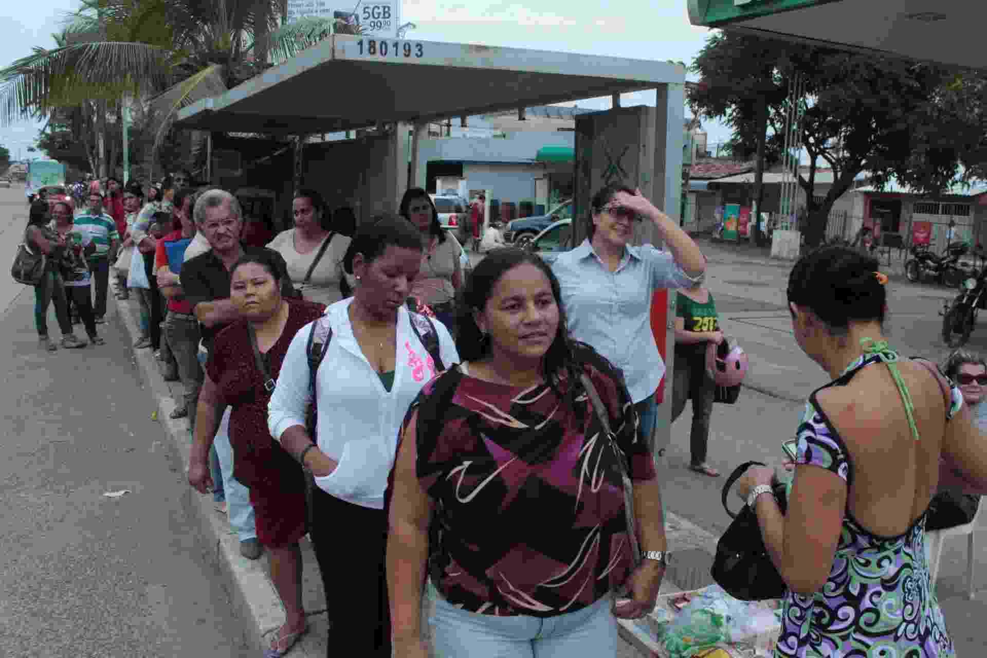 28.ago.2013 - Pontos de ônibus ficam lotados no Recife depois que apagão atingiu toda a região Nordeste e comprometeu o funcionamento dos semáforos, complicando o trânsito na tarde desta quarta-feira (28) - Luiz Fabiano/Futura Press