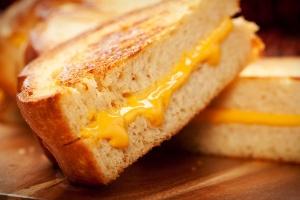 Estudo explica por que pão cai com a manteiga virada para baixo
