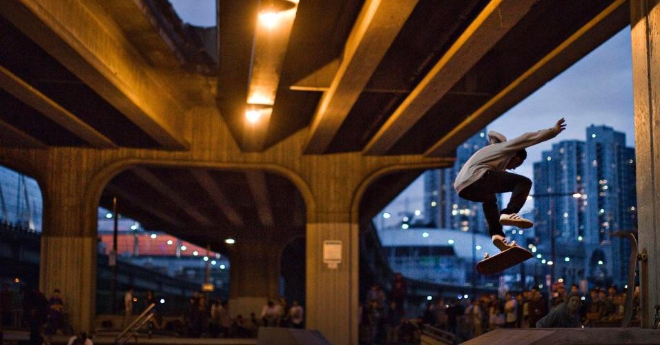 28.ago.2013 - Skatista se apresenta sobre um viaduto, em uma manifestação em Vancouver, no Canada