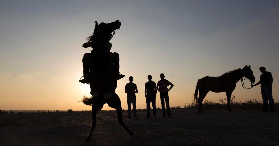 28.ago.2013 - Um jovem monta um cavalo na vila de al-Arakib, uma das dezenas de comunidades árabes bedeuínos em ruínas, no deserto do Negev, no sul de Israel