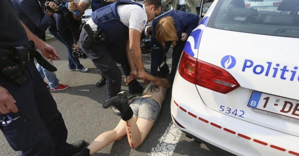 29.ago.2013 - Ativista do Femen é arrastada pela polícia durante protesto em frente à Embaixada da Ucrânia em Bruxelas, na Bélgica, contra a repressão política contra membros do grupo na Ucrânia. O grupo está enfrentando uma investigação criminal por posse de armas ilegais após a polícia revistar seus escritórios no centro de Kiev na terça-feira (27)
