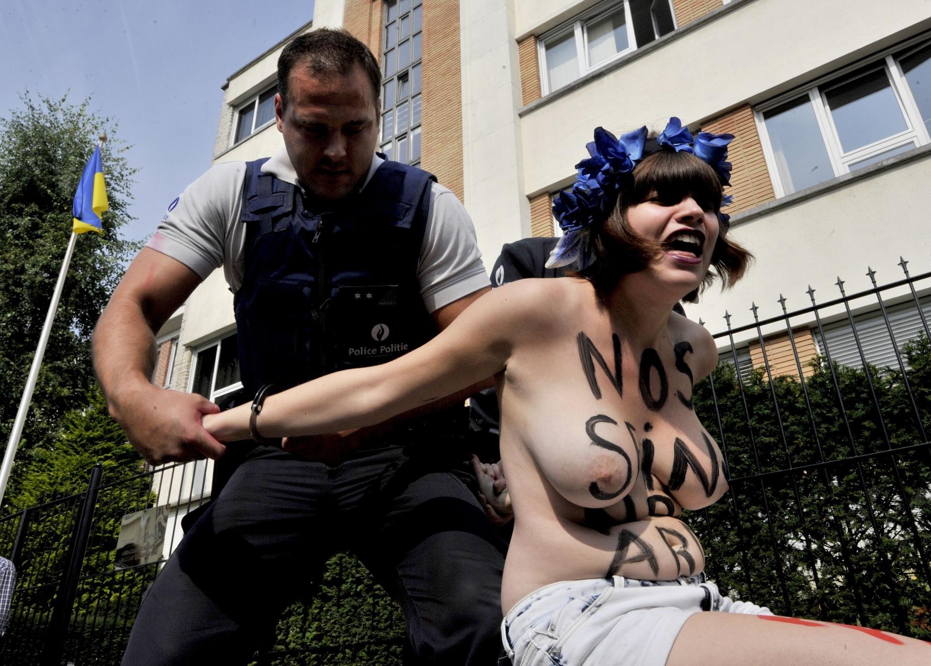 29.ago.2013 - Ativista do Femen é levada pela polícia durante protesto em frente à Embaixada da Ucrânia em Bruxelas, na Bélgica, contra a repressão política contra membros do grupo na Ucrânia. O grupo está enfrentando uma investigação criminal por posse de armas ilegais após a polícia revistar seus escritórios no centro de Kiev na terça-feira (27)