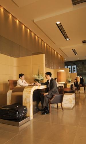 Passageiros da primeira classe da Singapore têm locais exclusivos para fazer check-in, sem precisar enfrentar filas, no aeroporto internacional de Singapura