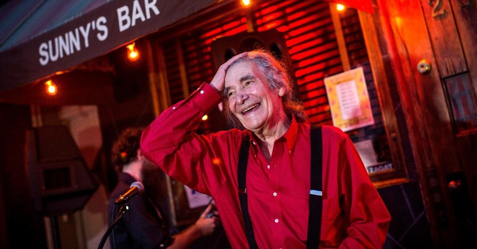 29.ago.2013 - Sunny Balzano, proprietário do centenário Sunny's Bar, no distrito do Brooklyn, em Nova York, comemora a reabertura do estabelecimento, nesta quinta-feira (29). O bar ficou fechado por quase um ano, depois de ser seriamente danificado pelo furacão Sandy