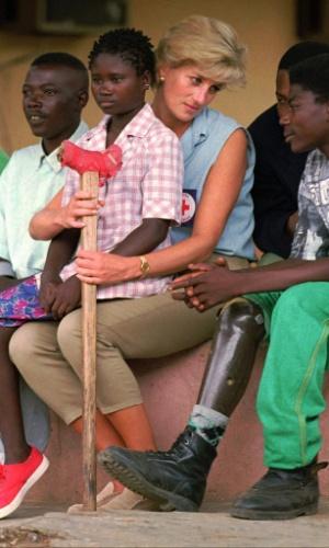30.ago.2013 - Diana emprestou sua fama a causas humanitárias, como a campanha contra minas terrestres em zonas de conflito da África