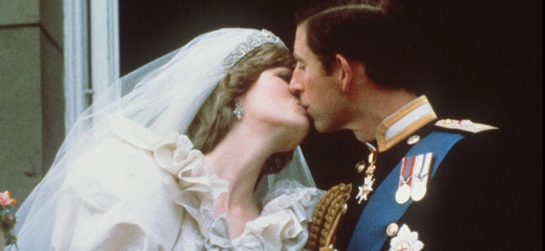 Em 29 de julho de 1981, Diana, então com 20 anos, e o príncipe Charles, 32, se casaram na Catedral de St. Paul, em Londres. A cerimônia teve 3500 convidados e foi vista por 750 milhões de pessoas, que assistiram ao vivo ao redor do mundo.  - AFP