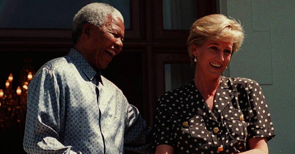 30.ago.2013 - Mandela encontrou-se com a princesa Diana na Cidade do Cabo, em 1997. O encontro foi classificado como