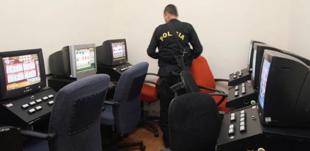 Máquinas caça-níqueis são encontradas numa casa durante operação da Polícia Militar - Severino Silva/Agência O Dia/Estadão Conteúdo