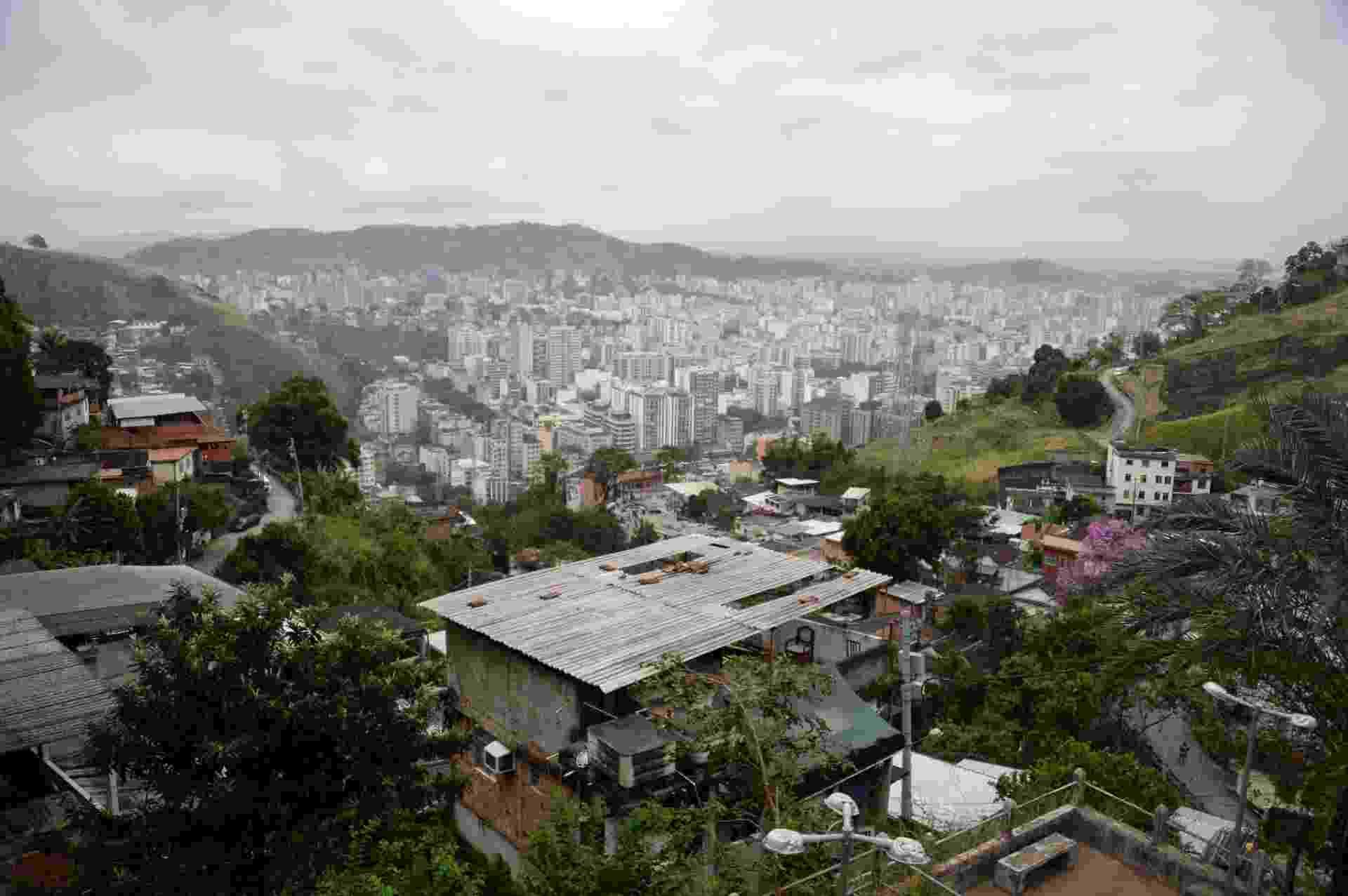 30.ago.2013 - Rio de Janeiro promove campanha para reflorestar 1.300 hectares com o plantio de 4 milhões de sementes até 2016. A iniciativa tem objetivo de reduzir as emissões e a renda créditos de carbono, mas também estabilizar encostas para evitar novas tragédias com os deslizamentos. O Morro da Formiga, que fica na Tijuca, zona norte da cidade, tem um dos projetos mais antigos de reflorestamento e, desde 1997, já recuperou 80 hectares com espécies da Mata Atlântica - Vanderlei Almeida/AFP