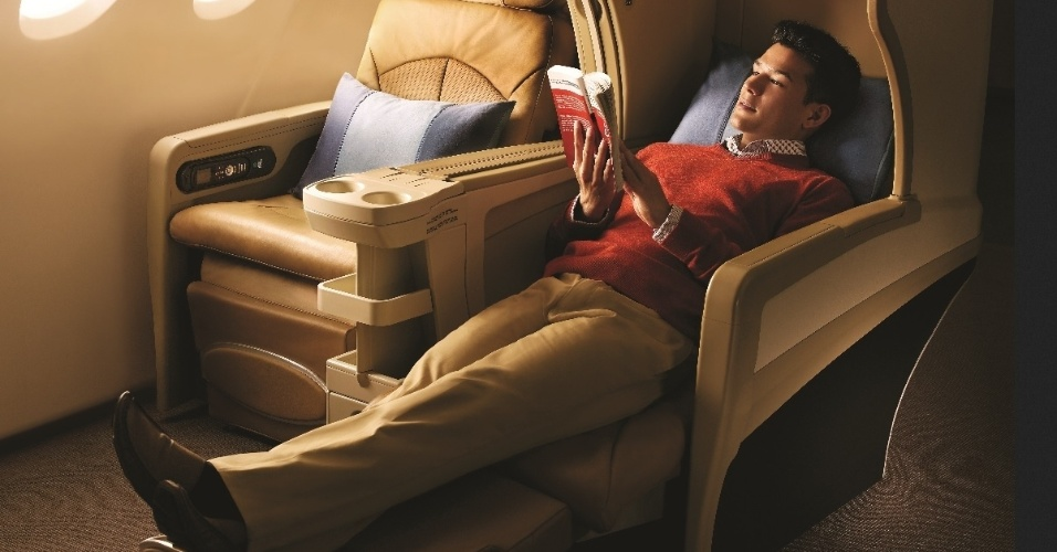 É possível dormir em praticamente qualquer posição nos assentos da classe executiva da Singapore Airlines. O passageiro recebe um edredon para se cobrir