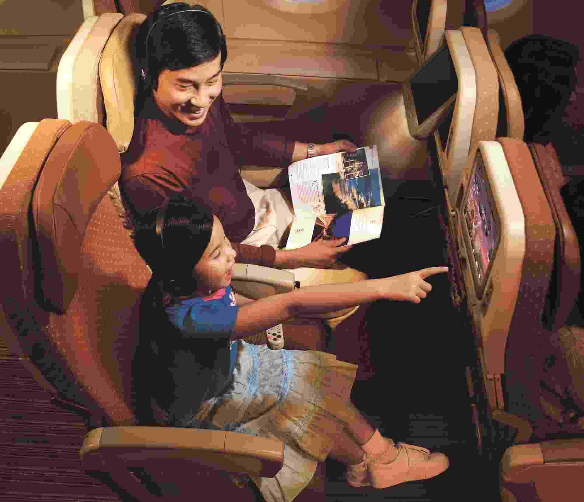 Os passageiros da classe econômica da Singapore Airlines têm monitores individuais de 10,6 polegadas. Eles também recebem um cobertor de lã da grife Givenchy - Divulgação
