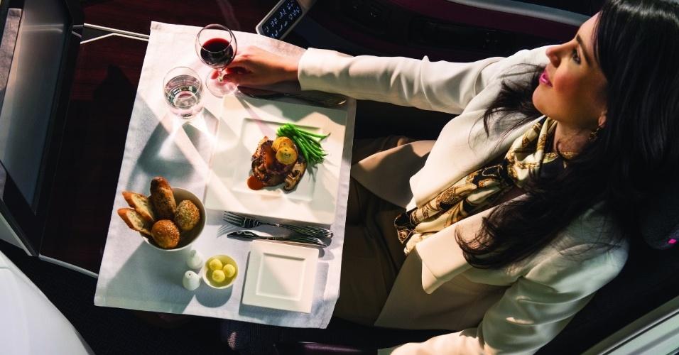 Refeição servida na classe executiva da Qatar Airways