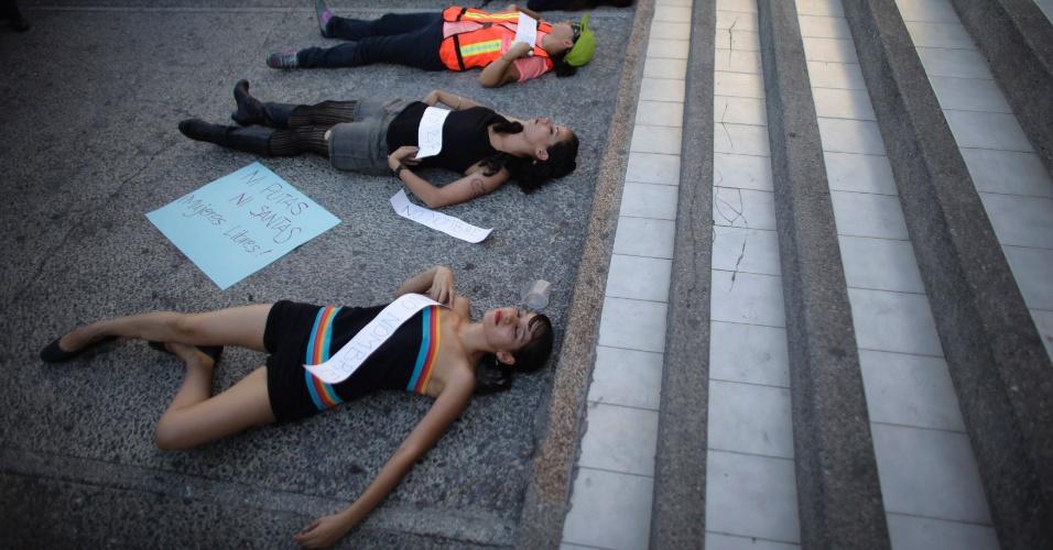 1º. set.2013 - Ativistas deitam no chão durante protesto conhecido como a