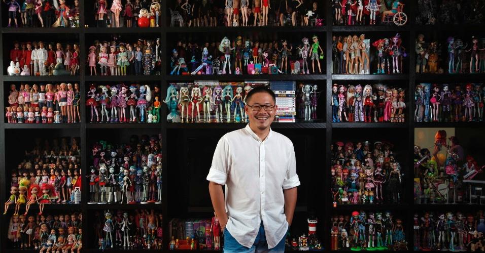 2.set. 2013 - Jian Yang, um colecionador de bonecas Barbie, posa com parte de sua coleção em sua casa, em Cingapura