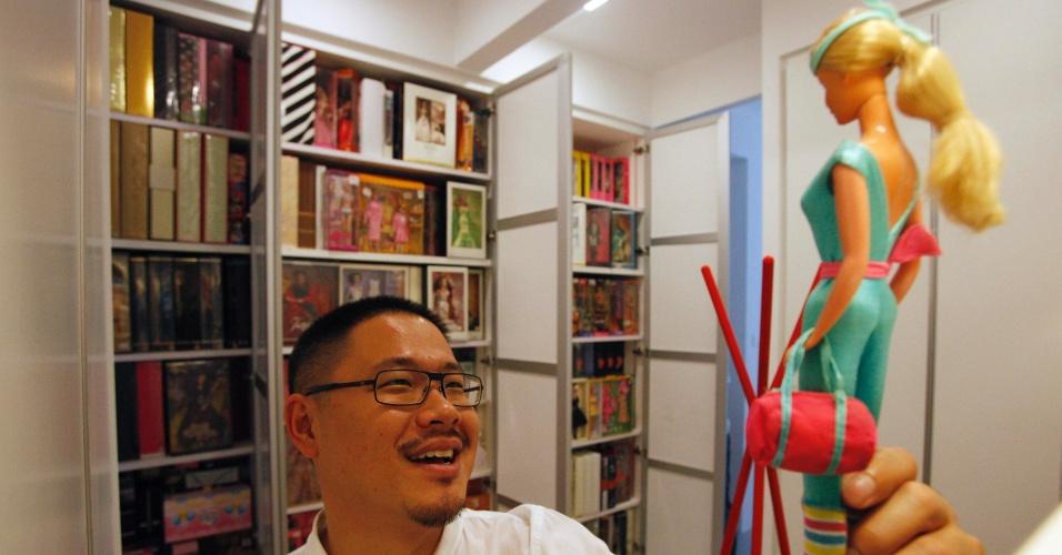 2.set.2013 - A coleção de Barbies de Yang começou aos 13 anos, quando ele comprou o primeiro modelo, que trajava uma roupa turquesa de ginástica e polainas listradas