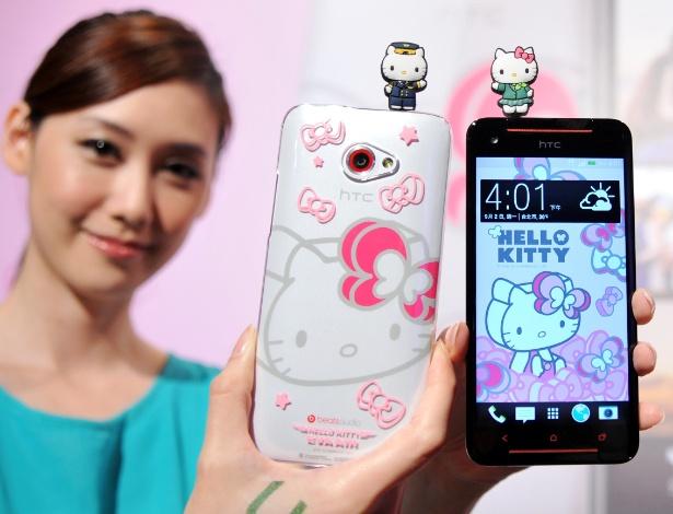 2.set.2013 - A HTC lançou um smartphone com desenhos e acessórios da personagem Hello Kit. O HTC Butterfly S Hello Kit tem nove estilos diferentes de papéis de parede para a tela, além de vir com processador quad-core (quatro núcleos), tela de 5 polegadas de LCD e a câmera ultrapixel, exclusiva da fabricante. O smartphone será lançado neste mês em Taiwan por cerca de US$ 770 (R$ 1.823)