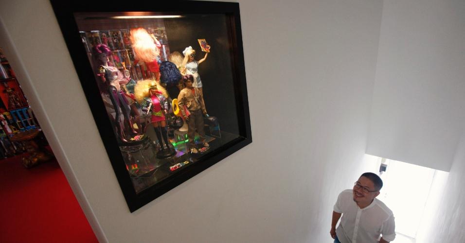 2.set.2013 - Aos 33 anos, o cidadão de Cingapura gosta de decoração minimalista, mas as Barbies e 3 mil bonecas de outros tipos dominam três lados da sala principal e transbordam de nove armários espelhados em um quarto e das prateleiras de seu escritório
