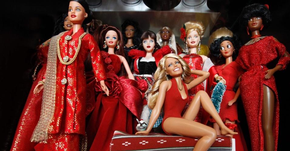 2.set.2013 - Boneca da atriz Farah Fawcett (centro) está na coleção de Jian Yang, em sua casa em Cingapura