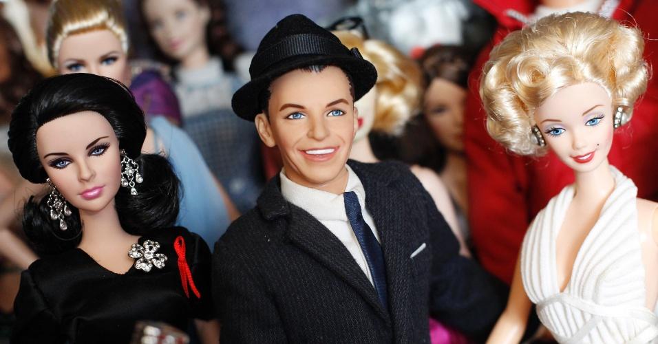 2.set.2013 - Bonecos da atriz Elizabeth Taylor (esq.), do cantor Frank Sinatra e da atriz Marilyn Monroe (dir.) fazem parte da coleção de Jian Yang, em Cingapura