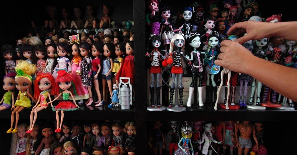 2.set.2013 - Como diretor de estratégia do Omicom Media Group, Yang tem um interesse profissional em brinquedos e tendências de consumo. Mas sua coleção de Barbies começou aos 13 anos, quando ele comprou o primeiro modelo, que trajava uma roupa turquesa de ginástica e polainas listradas