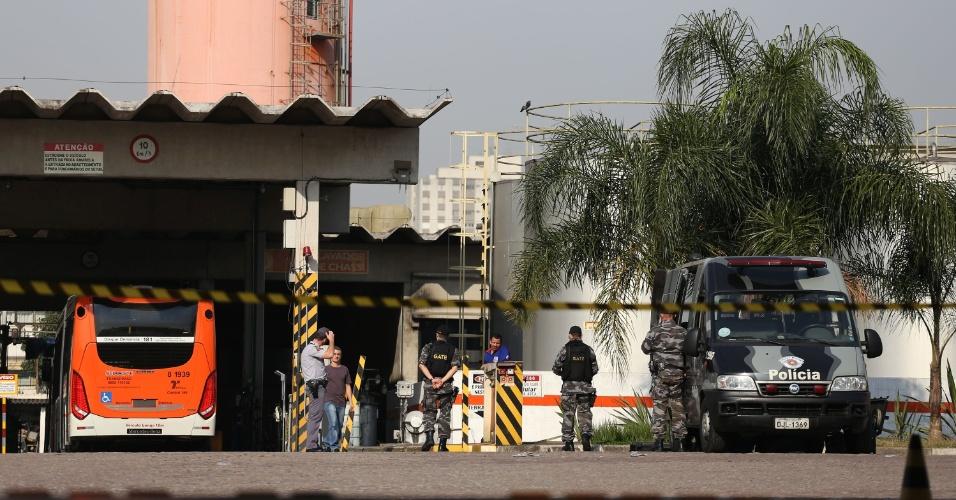 2.set.2013 - Policiais do Gate (Grupo de Ações Táticas Especiais) investigam suposto material explosivo na garagem de uma empresa de ônbius no Jaguaré, zona Oeste de São Paulo. Os artefatos foram amarrados ao corpo de uma vítima, após um assalto na garagem, na manhã desta segunda-feira (2)