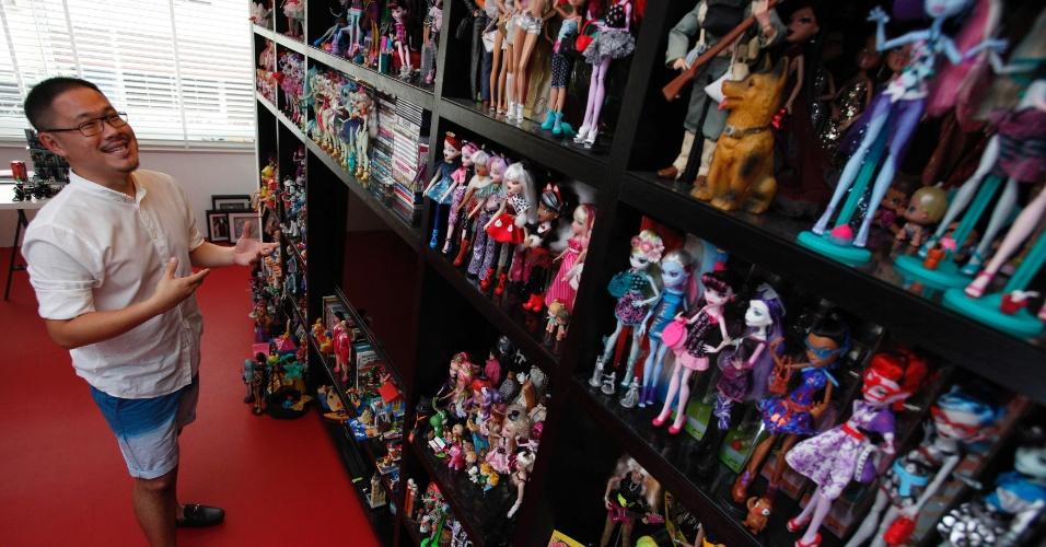 2.set.2013 - Yang exibe parte de sua coleção de mais de 6.000 bonecas Barbie e 3.000 bonecas de outros tipos