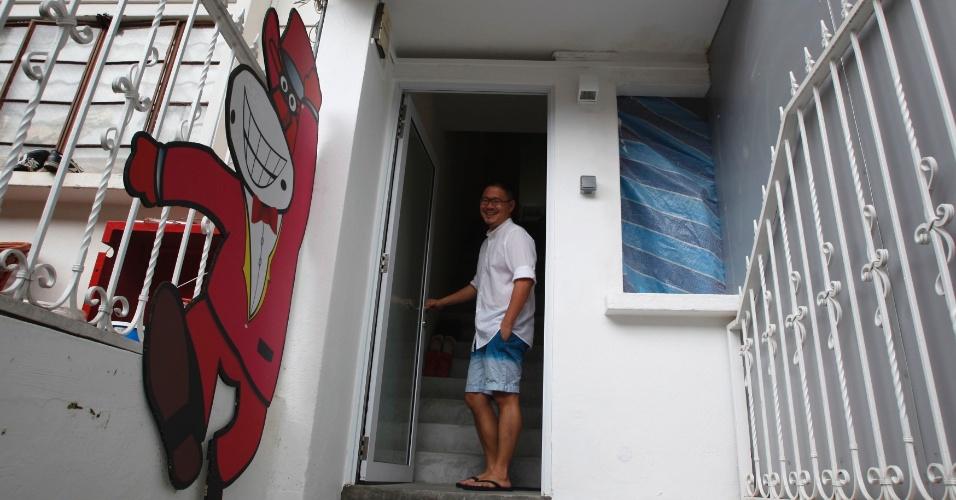 A fachada branca e a espartana escada cinza da bem arrumada casa de Jian Yang, em meio a outras iguais na rua, não dão nenhuma dica do seu interior: uma sala com piso cor de rosa e uma coleção de mais de 6 mil bonecas Barbie.