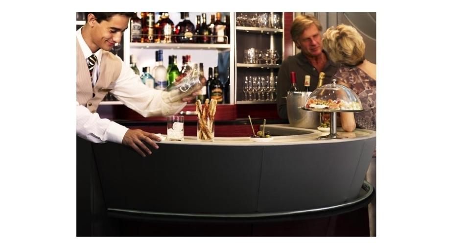 Bar da primeira classe de avião da Emirates